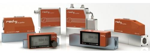 Tepelné hmotnostné prietokomery a regulátory prietoku pre plyny